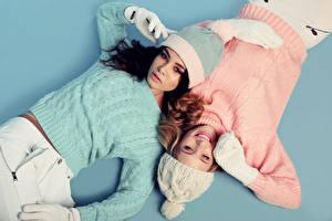 Фотография Цветной фон 2 Свитер Шапки Перчатки Девушки