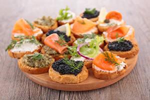 Фото Фастфуд Бутерброд Морепродукты Икра Рыба Разделочная доска Продукты питания