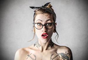 Обои Очки Татуировки Удивление Девушки фото