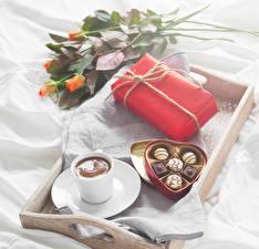 Фотографии Праздники Розы Конфеты Кофе Шоколад Подарки Коробка Еда