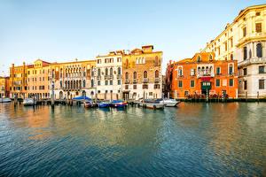 Обои Италия Дома Причалы Катера Венеция Водный канал Города фото
