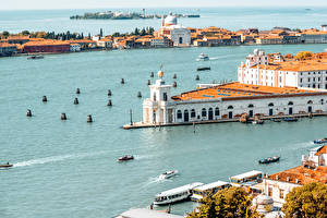 Картинка Италия Дома Причалы Море Катера Венеция Залив