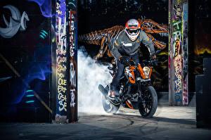 Обои KTM Мотоциклы Мотоциклист Шлем Очки 2016 125 Duke Мотоциклы фото