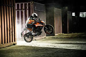 Фото KTM Мотоциклы Мотоциклист Прыжок Шлем 2017 125 Duke