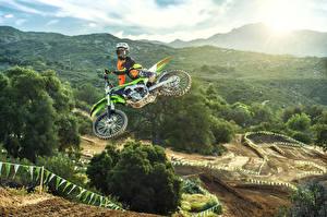 Фото Kawasaki Мотоциклист Прыжок Шлем 2016 KX250F Мотоциклы Природа