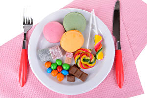 Картинка Нож Сладости Шоколад Конфеты Тарелка Вилка столовая Макарон Еда