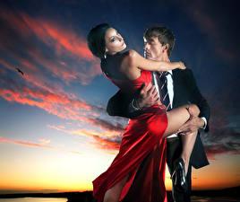 Обои Мужчины Любовь Вечер Двое Облака Платье Объятие Девушки фото