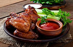 Обои Курица запеченная Овощи Доски Тарелка Кетчуп Еда картинки