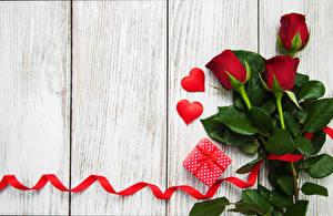 Обои Розы День святого Валентина Доски Подарки Сердце Лента Цветы фото