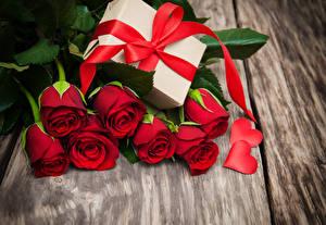 Обои Розы Доски Красный Сердце Подарки Бантик Цветы фото