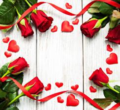 Обои Розы Доски Красный Сердце Лента Цветы фото
