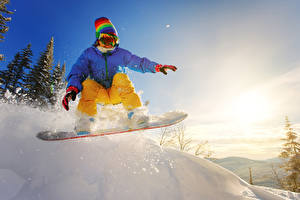 Фото Сноуборд Зима Снег Прыжок Куртка Очки Шапки