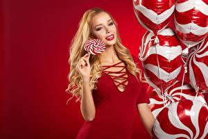 Фотография Сладости Леденцы Блондинка Воздушный шарик Улыбка Красный фон Девушки