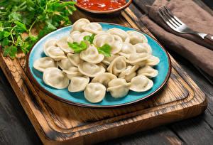 Фото Вторые блюда Пельмени Тарелка Разделочная доска Еда
