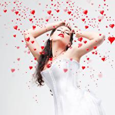 Обои День святого Валентина Шатенка Сердце Руки Корсет Девушки фото