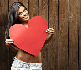 Обои День святого Валентина Брюнетка Доски Улыбка Сердце Девушки фото