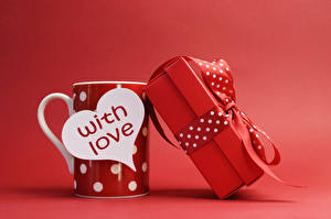 Картинки День святого Валентина Подарки Бантик Английский Кружка Красный фон