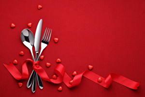 Обои День святого Валентина Сервировка Нож Цветной фон Сердце Ложка Вилка Лента фото