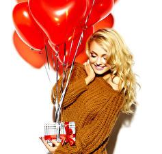 Картинка День святого Валентина Белый фон Блондинка Подарки Воздушный шарик Улыбка Свитер Девушки
