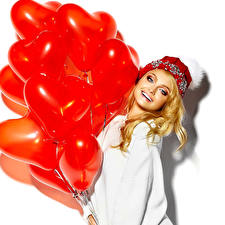 Обои Белый фон Блондинка Улыбка Воздушный шарик Сердце Шапки Девушки фото