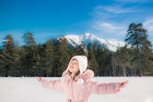 Обои Зима Горы Девочки Шапки Руки Дети фото