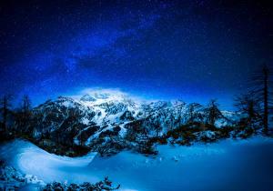 Картинка Зима Небо Звезды Горы Снеге В ночи Дерево