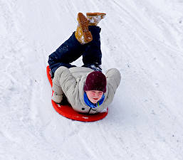 Обои Зима Снег Мальчики Шапки Ноги Дети фото