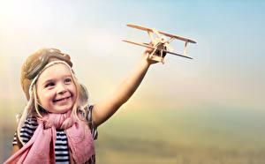 Картинки Самолеты Игрушки Девочки Улыбка Шарфе Играют ребёнок