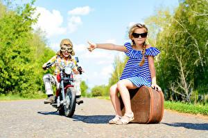 Фотография Мальчик Девочки Мотоциклист Чемодан Очках Платья Дети