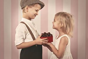 Фото Конфеты Шоколад Мальчик Девочки Улыбка Двое Дети