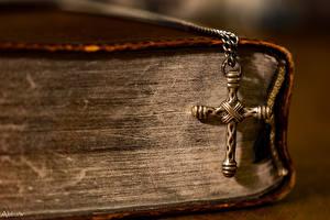 Картинки Крупным планом Книга Крест