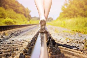 Фотография Крупным планом Рельсы Ноги Подошва обуви