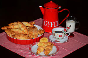 Обои Кофе Выпечка Молоко Булочки Черный фон Завтрак Кувшин Чашка Тарелка Еда фото