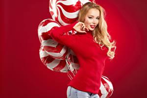 Обои Блондинка Улыбка Свитер Воздушный шарик Красный фон Девушки