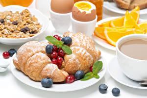Фотография Круассан Ягоды Завтрак Тарелка Яйца Пища