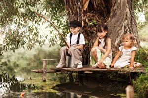 Фотографии Ловля рыбы Мальчики Девочка Трое 3 ребёнок