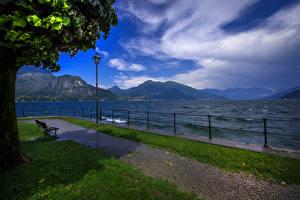 Обои Италия Озеро Небо Пейзаж Скамейка Уличные фонари Забор Bellagio Природа фото