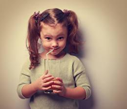 Обои Сок Цветной фон Девочки Улыбка Стакан Руки Дети фото