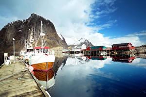 Обои Лофотенские острова Норвегия Озеро Причалы Катера Скала Отражение Природа фото
