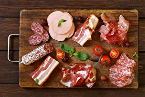 Обои Мясные продукты Колбаса Ветчина Помидоры Разделочная доска Еда фото