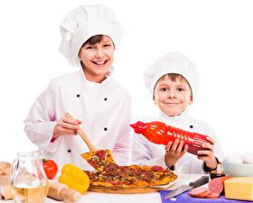 Фотография Пицца Белый фон Мальчики 2 Улыбка Повар Дети
