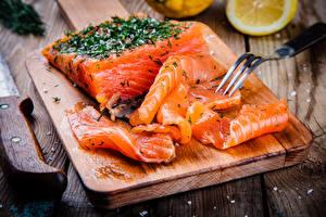 Картинка Морепродукты Рыба Крупным планом Вилка столовая Разделочная доска Еда
