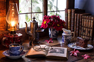 Обои Натюрморт Кофе Пирожное Керосиновая лампа Доски Чашка Книга Очки Кувшин Окно Еда фото