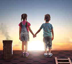 Фото Рассветы и закаты Мальчики Девочки Вдвоем Спина Крыша Шорты Дети