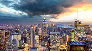 Обои США Здания Небоскребы Нью-Йорк Манхэттен Мегаполис Облака Города