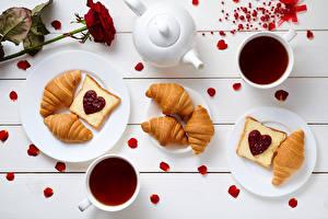Обои День святого Валентина Круассан Розы Бутерброды Чай Чайник Варенье Доски Завтрак Сердце Чашка Тарелка Лепестки Еда фото