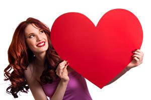 Обои День святого Валентина Пальцы Белый фон Рыжая Улыбка Сердце Девушки