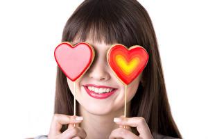 Обои День святого Валентина Леденцы Белый фон Шатенка Улыбка Сердечко Двое Девушки