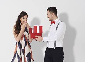 Картинка День святого Валентина Мужчины Белым фоном Два Подарки Рубашки Платье Радостный молодые женщины