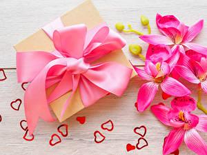 Обои День святого Валентина Орхидеи Доски Подарки Бантик Розовый Сердце Цветы фото